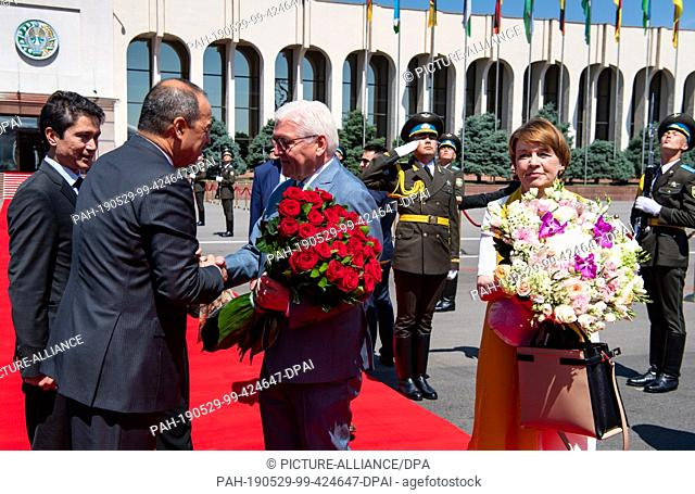 29 May 2019, Uzbekistan, Taschkent: Federal President Frank-Walter Steinmeier and his wife Elke Büdenbender board an aircraft of the Bundeswehr Air Mission Wing...