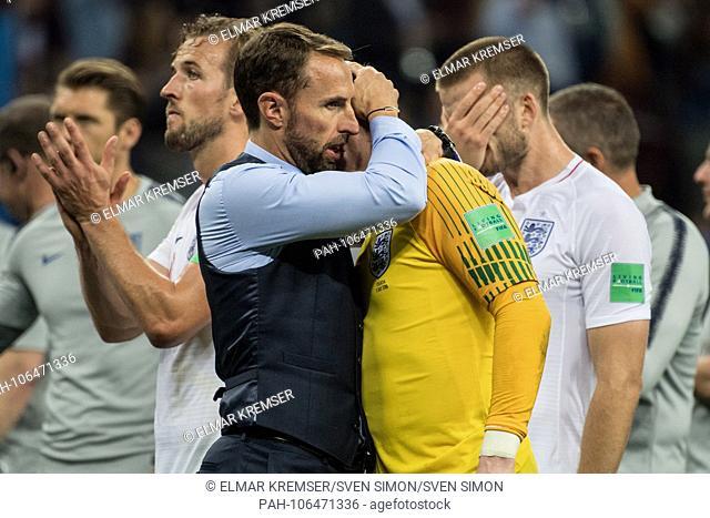 Gareth SOUTHGATE (left, coach, ENG) troestes goalie Jordan PICKFORD (ENG), comfort, consolation, frustrated, frustrated, late, disappointed, disappointed