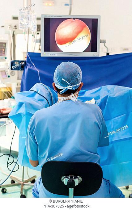 Examen gynecologique en oncologie couplé avec une endoscopie vésicale ou cystoscopie. Cancers de l'appareil génital féminin