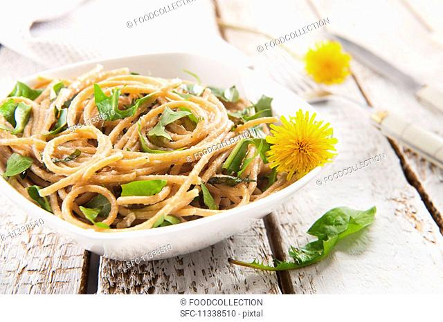 Wholemeal spaghetti with dandelions and ricotta
