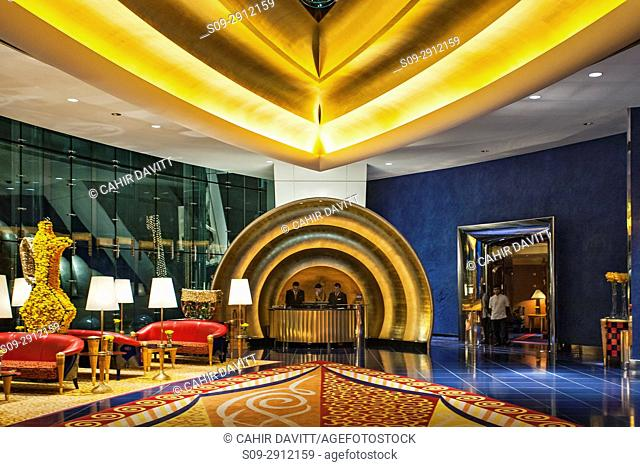 Interior lobby and reception of the luxury 7 Star Burj Al Arab Hotel designed by the architects Atkins, Um Suqaim Second, Dubai, Dubayy, United Arab Emirates