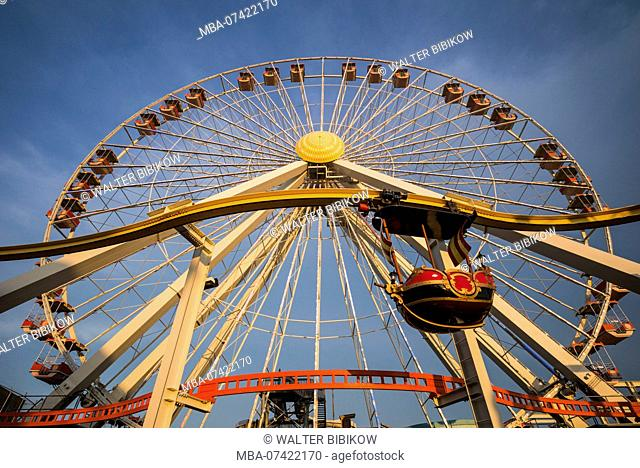 USA, New Jersey, The Jersey Shore, Wildwoods, Wildwoods Beach Boardwalk, ferris wheel, dusk