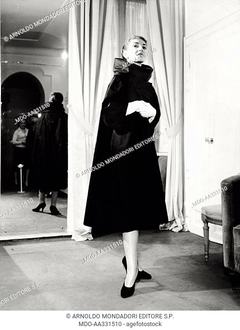 The soprano Maria Callas. The US singer of Greek origin and naturalized Italian Maria Callas poses in a long evening dress. 1958