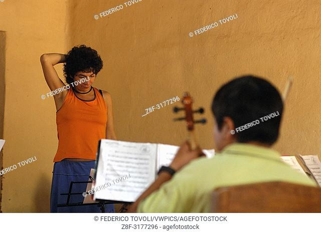 Young violinist and music teacher in Murcia, Guadalupe chose to spend their summer holidays directing the youth orchestra evidence of Santa Ana de Velasco