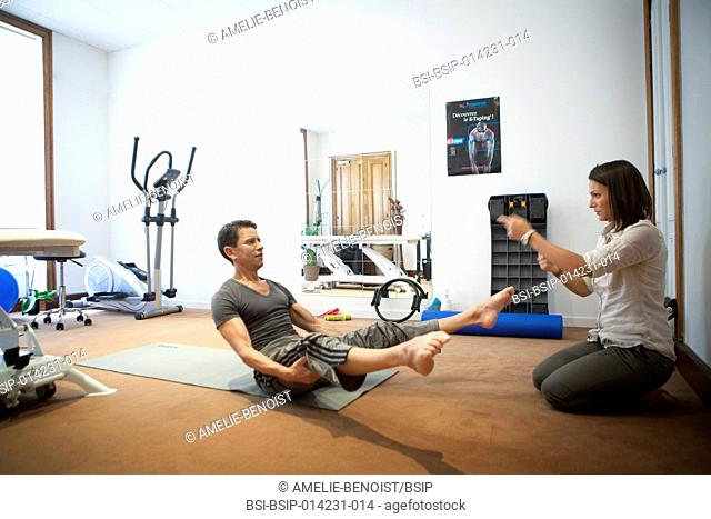 Exercise masseur physiotherapist Stock Photos and Images