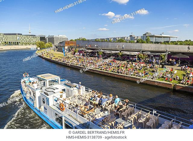 Germany, Berlin, East Berlin, Mitte district, Schiffbauerdam wharf, cafes on the banks of the Spree in summer