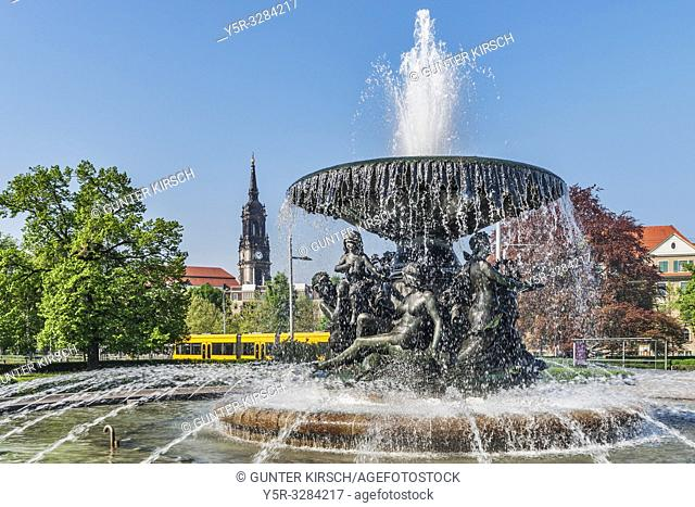 The fountain Stille Wasser is located at Albertplatz. It was built in 1894 by Robert Diez. In the background is the Dreikoenigskirche (three-king church)