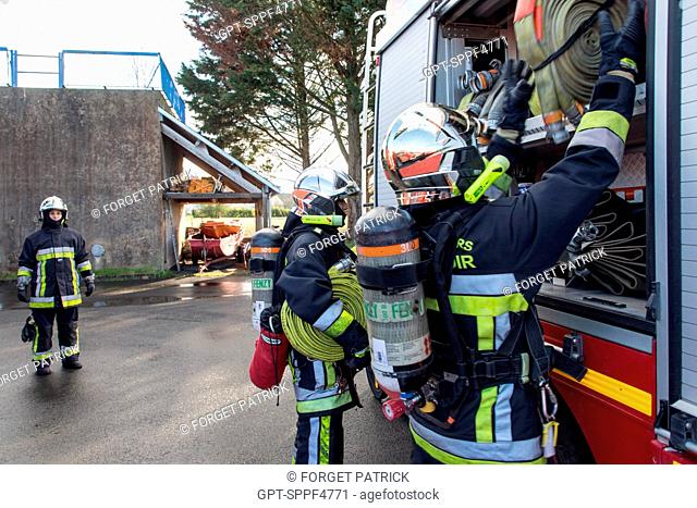 LOWERING THE HOSES DURING MANOEUVRES IN A CELLAR FIRE, EMERGENCY SERVICES DEPARTMENT OF CHATEAUDUN, EURE-ET-LOIR (28)