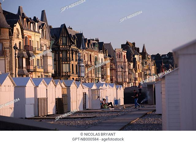 BEACH HUTS AND TRADITIONAL HOUSES IN MERS-LES-BAINS, SOMME (80), PICARDIE, FRANCE