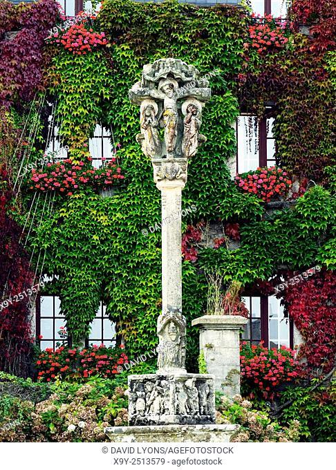 16th C Breton calvaire cross. Church square of Eglise Notre Dame de la Tronchaye. Rochefort en Terre, Morbihan, Brittany, France