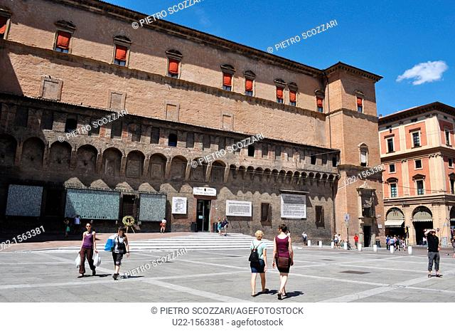 Bologna (Italy): Piazza del Nettuno, with the former Sala Borsa Palace