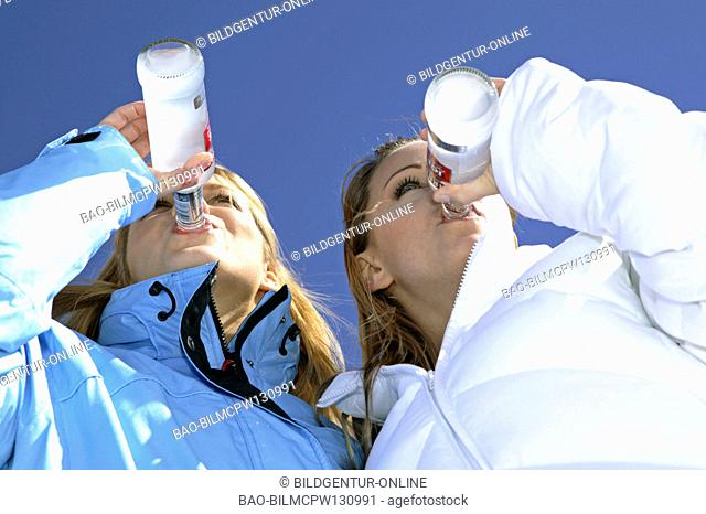 two woman drinking alkopops at a skibar