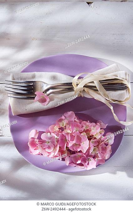 Using the hydrangea flower for the preparation of the table
