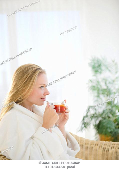 USA, New Jersey, Jersey City, Attractive young woman enjoying cup of tea