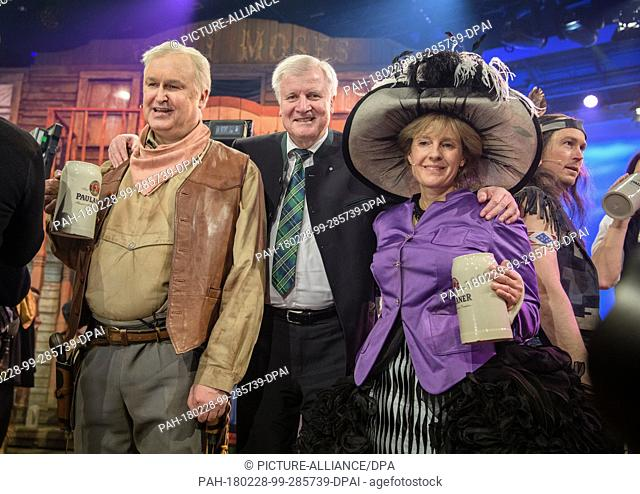 dpatop - Horst Seehofer (CSU, C), premier of the state of Bavaria, standing with his double Christoph Zrenner (L) and Antonia von Romatowski as Angela Merkel...