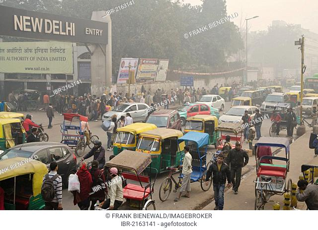 Chaotic street scene in front of New Delhi Railway Station, New Delhi, India, Asia