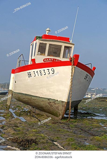 Fischboot im Watt, Bretagne, Frankreich, Europa / Fisherman boat in tidewater, Britanny, France, Europe
