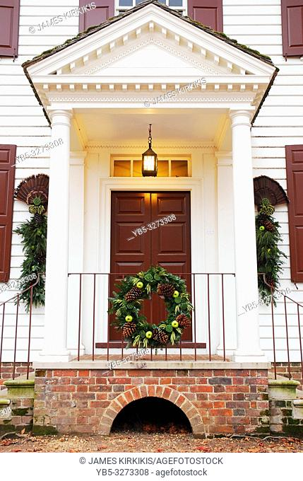 An organic Christmas wreath of apples, pinecones and pine branches adorn a Williamsburg, Virginia home