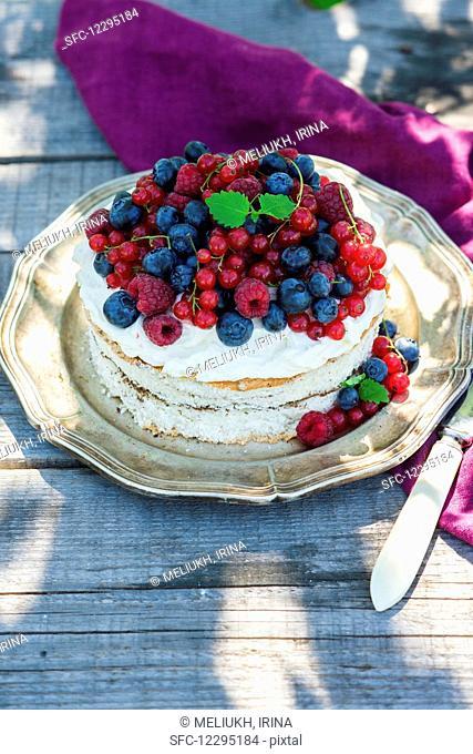 Sponge cake with cream cheese and berries