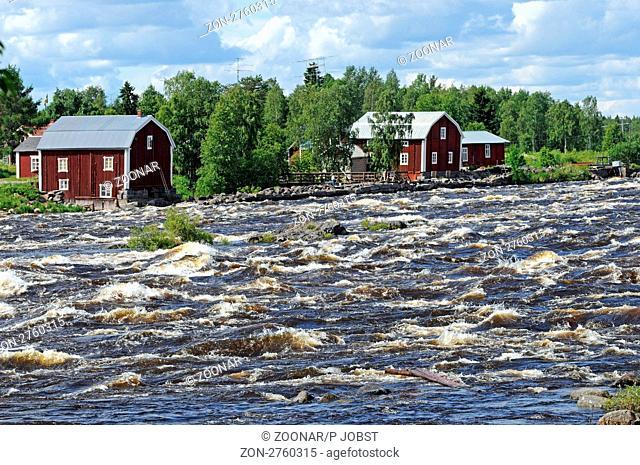 Der Tornionjoki ist der Grenzfluss zwischen Schweden und Finnland. Die Stromschnellen bei Kukkolankoski sind ein beliebtes Fischrevier / The Tornionjoki river...