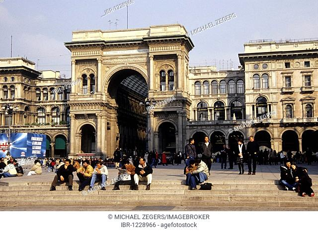 Archway, main entrance of the Galleria Vittorio Emanuele II, il salotto, exclusive gallery and shopping arcade in the cathedral square, Piazza del Duomo, Milan