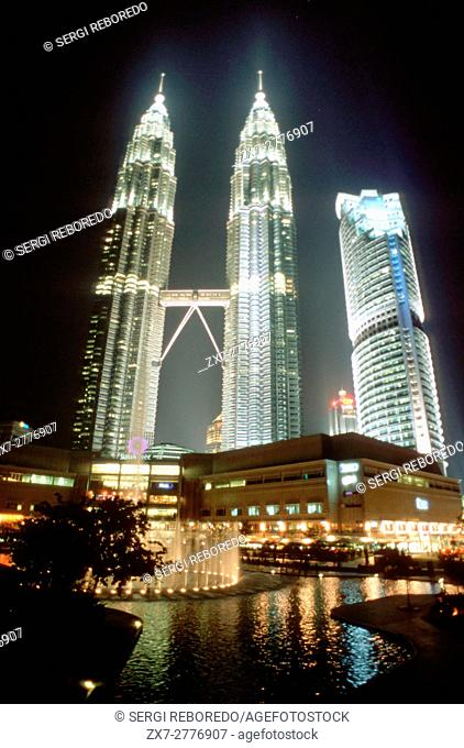 Malaysia, Kuala Lumpur, Kampong Baharu, night time view of the sky bridge linking the two Petronas Towers