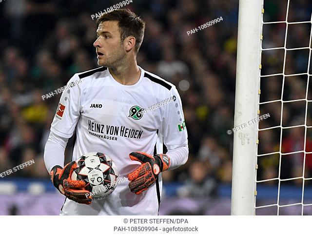 31.08.2018, Lower Saxony, Hannover: Soccer: Bundesliga, 2. matchday: Hanover 96 - Borussia Dortmund in the HDI Arena. Hanover goalkeeper Michael Esser