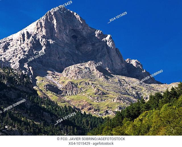 Estribaciones rocosas en el Valle de Pineta, junto a los Llanos de la Larri - Bielsa - Sobrarbe - Huesca - Aragón - Pirineo Aragonés