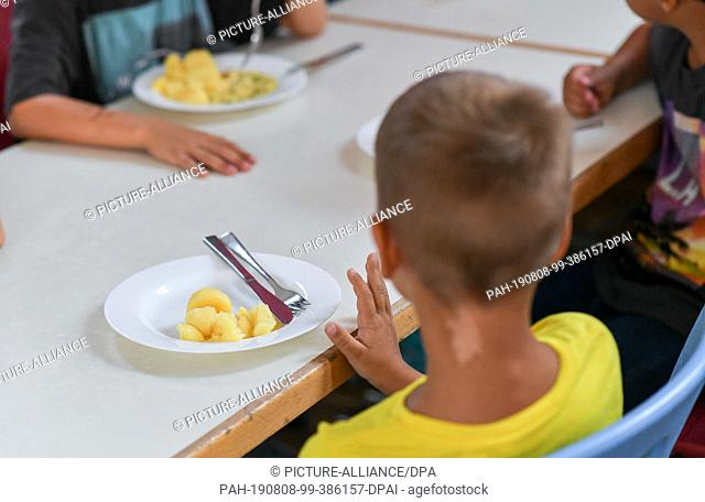 07 August 2019, Berlin: Students having lunch in the cafeteria of the primary school at Wuhlheide. Photo: Jens Kalaene/dpa-Zentralbild/ZB