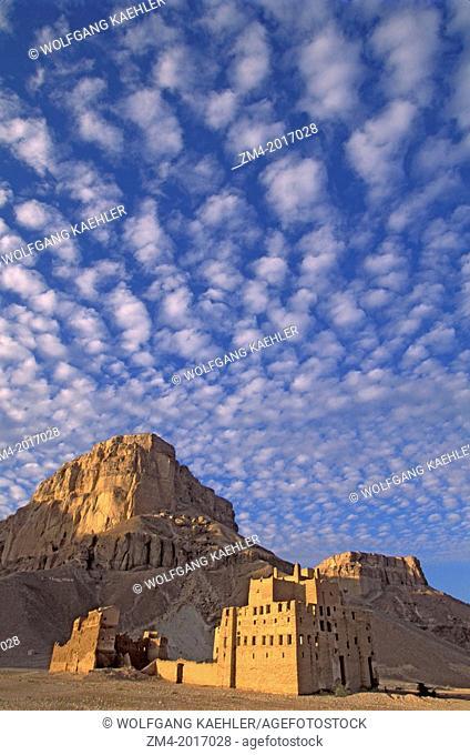 YEMEN, WADI HADRAMAWT, NEAR SAY'UN, OLD PALACE BUILT OUT OF MUD BRICK