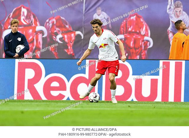 15 September 2018, Saxony, Leipzig: Soccer: Bundesliga, Matchday 3, RB Leipzig vs Hannover 96 in the Red Bull Arena. Leipzig's Marcel Sabitzer on the ball
