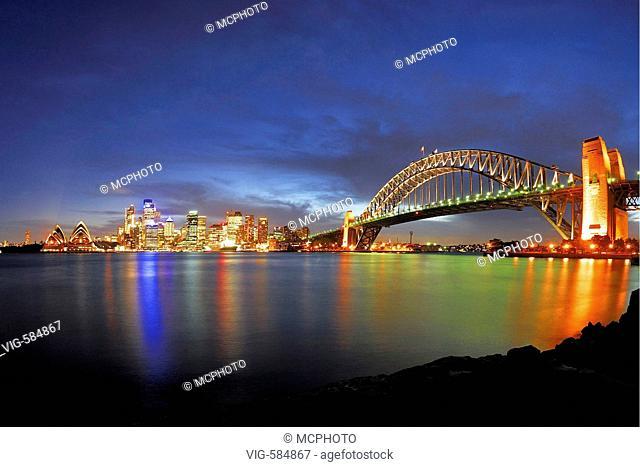 Skyline von Sydney mit Sydney Opera und Harbour Bridge waehrend der blauen Stunde, Sydney, New South Wales, Australien,  Februar 2007 - Sydney, New South Wales
