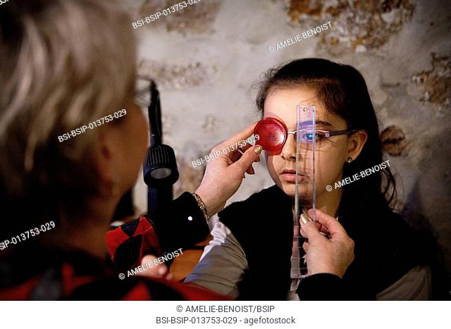 Reportage in an orthoptics practice. Maddox test with prism bar