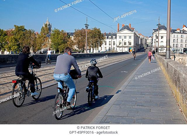 FAMILY CYCLING OVER THE GEORGE V BRIDGE, THE 'LOIRE A VELO' CYCLING ITINERARY, ORLEANS, LOIRET 45, FRANCE