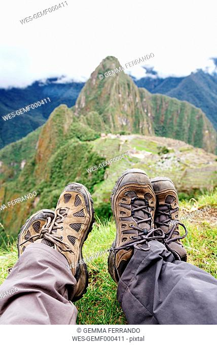 Peru, Machu Picchu region, Travelers looking at Machu Picchu citadel and Huayna mountain