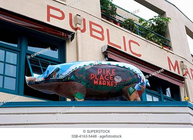 USA, WASHINGTON, SEATTLE, PIKE PLACE MARKET, PIG STATUE ON ROOF