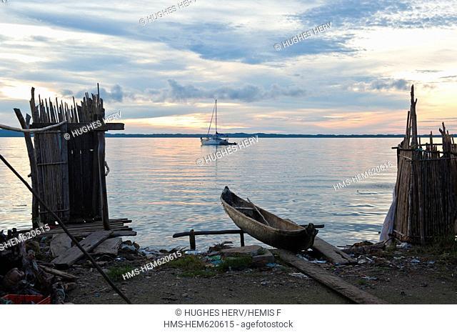 Panama, San Blas archipelago, Kuna Yala autonomous territory, Carti island, ulu and pier, boat of native americans Kuna