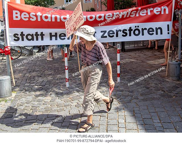 01 July 2019, Bavaria, Rosenheim: Residents of the Rosenheim region are demonstrating in the city centre against the construction of a new route for the...