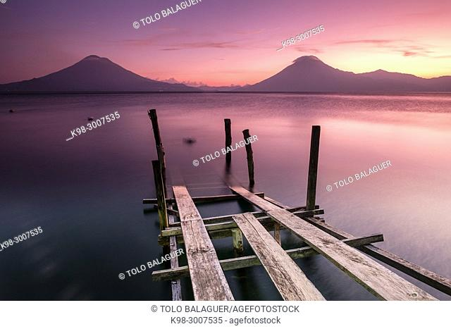 volcanes de Atitlán 3537 m. y San Pedro 3020 m. lago de Atitlán,departamento de Sololá , República de Guatemala, América Central