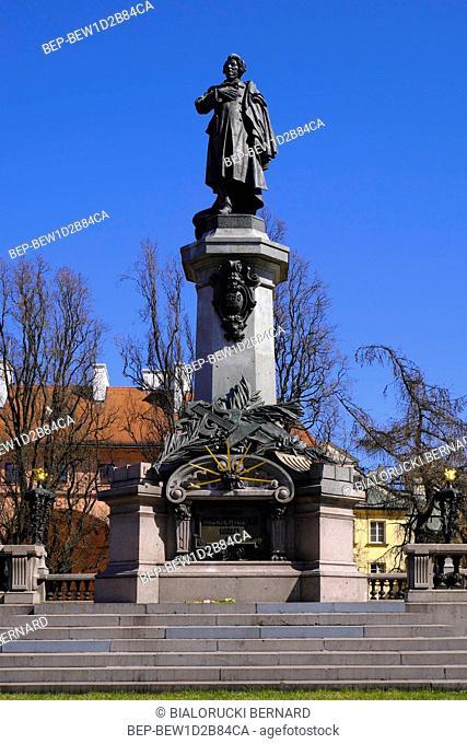 Warszawa, Polska - starowka warszawska - pomnik Adama Mickiewicza przy ul. Krakowskie Przedmiescie Warsaw, Poland - Historic quarter of Warsaw old town - witer...
