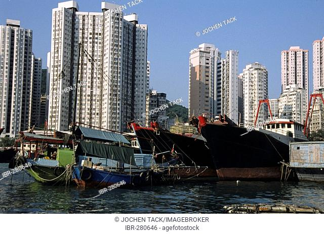 Harbour with sampans and residential buildings, Aberdeen, Hongkong, Hong Kong Island, China
