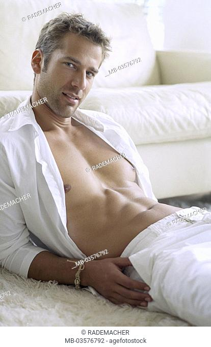 Sits man, young, floor,   Living space, shirt, frankly, upper bodies freely, muscular, Muscles, stomach muscles, athletically, durchtrainiert, Physique
