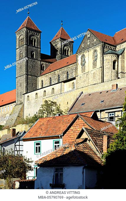Germany, Saxony-Anhalt, Quedlinburg, historical old town with half-timbered houses, in the background castle hill with collegiate church St