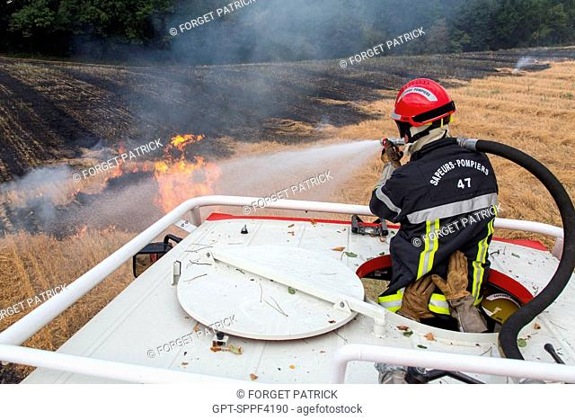 EXTINGUISHING OF A FIRE WITH A FOREST FIRE TRUCK EQUIPPED WITH A TURRET, TRAINING WITH REAL FIRES IN A FIELD OF STRAW, PORT-SAINTE-MARIE (47), FRANCE