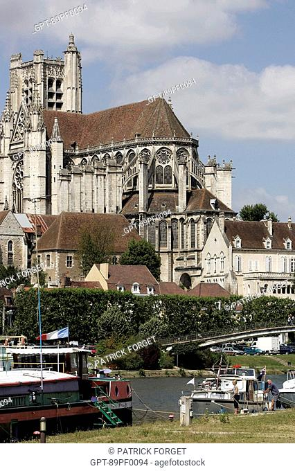 BARGE AND CATHEDRALE SAINT-ETIENNE ALONG THE YONNE, AUXERRE, YONNE 89, BOURGOGNE, FRANCE