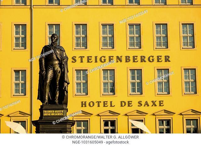 Denkmal, König Friedrich August II., der dritte König von Sachsen, Neumarkt, dahinter das Steigenberger Hotel, Dresden, Freistaat Sachsen, Deutschland, Europa