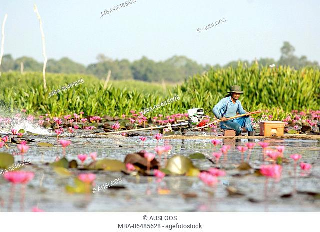 Fisherman driving a long-tail boat - Tale Noi - Patthalung - Thailand