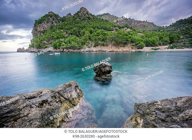 Spain, Balearic Islands, Majorca, Serra de Tramuntana, Escorca, Cala Tuent, Scenic landscape with sea and rocks