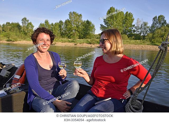 aperitif a bord, Balade en toue sur la Loire aux environs de Chaumont-sur-Loire, departement Loir-et-Cher, region Centre-Val de Loire, France