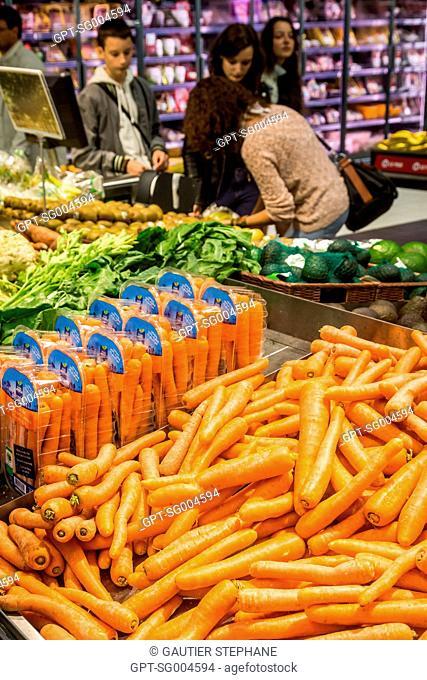 FRUIT AND VEGETABLE AISLES AT THE SUPERMARKET, BRETIGNOLLES SUR MER, (85) VENDEE, LOIRE REGION, FRANCE
